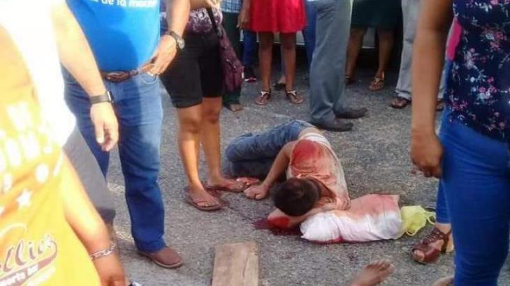 Combi de pasajeros embiste a motociclistas en Paraíso; mata a uno