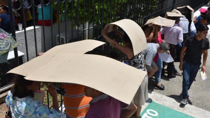 Imagen del Día: Pasan horas bajo el agobiante sol para decirle adiós a la deuda con CFE