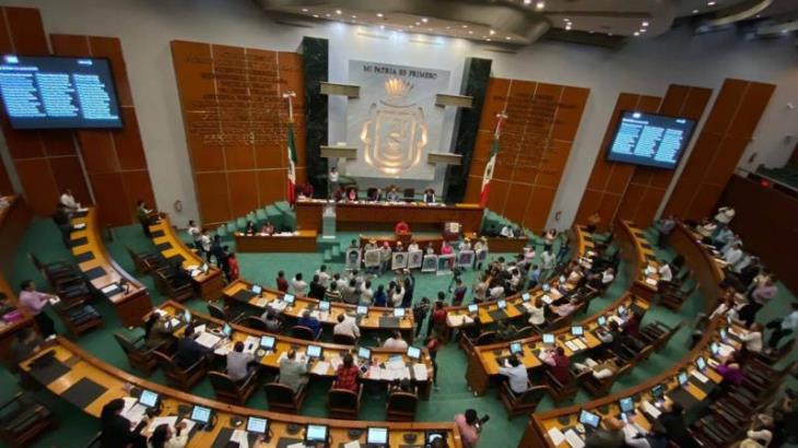 Exigen padres de los 43 a Congreso de Guerrero que funcionarios rindan cuentas
