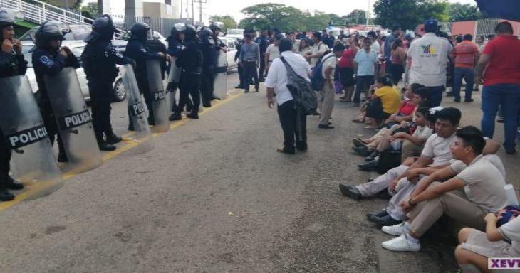 Alumnos bloquean Méndez, piden una escuela más amplia pues la suya solo cuenta con tres aulas