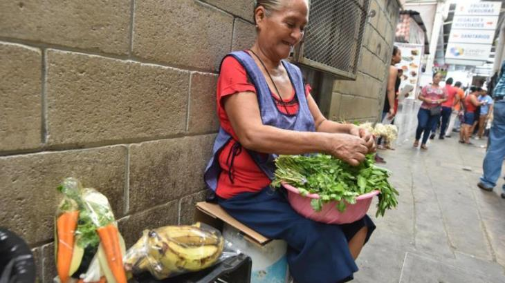 Imagen del Día: Doña Chelina, media vida trabajando en los pasillos del mercado Pino Suárez