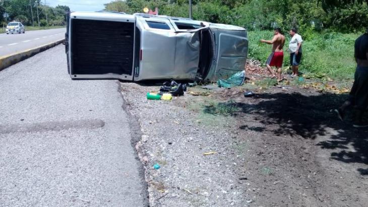 Vuelca camioneta a la altura de Felipe Carrillo Puerto, Centla