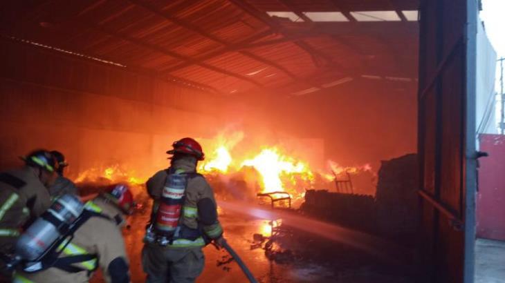 Arde bodega de artículos perecederos en Anacleto Canabal