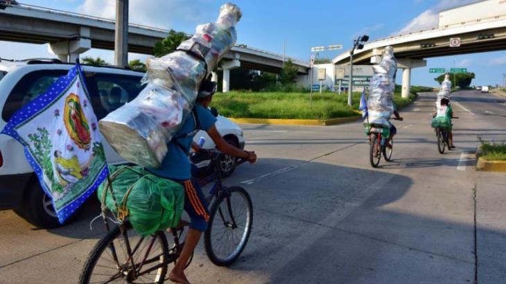 Imagen del Día: Con la Virgen a cuestas, guadalupanos atraviesan Tabasco en bicicleta