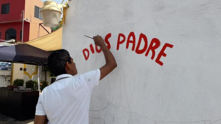 Jóvenes católicos expresan mensajes de paz mediante pinturas