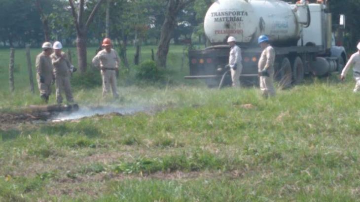 Controlan fuga de hidrocarburo provocada por toma clandestina en Huimanguillo