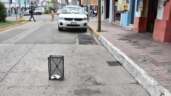 Imagen del Día: Apartan lugares para estacionarse con botes, sillas y huacales