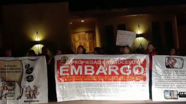 Embargan burócratas de Baja California casa del ex gobernador por falta de pago a pensionados y jubilados