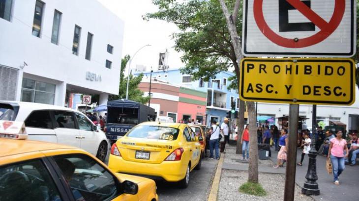 Imagen del Día: Taxistas instalan su parada en lugar prohibido a unos metros de la autorizada