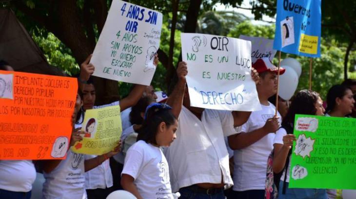Con protesta fuera del Congreso y Palacio de Gobierno, piden mayores apoyos a pacientes con algún tipo de sordera