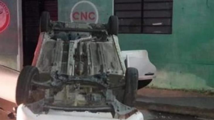 Vuelca un auto en Paraíso tras chocar con coches estacionados