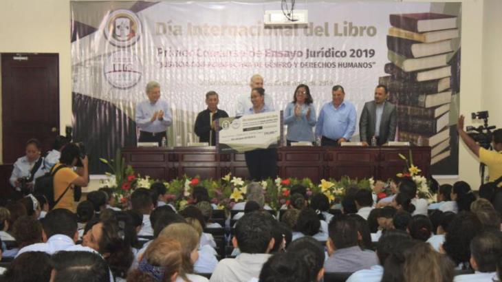Premian a ganadora del Concurso de Ensayo Jurídico 2019