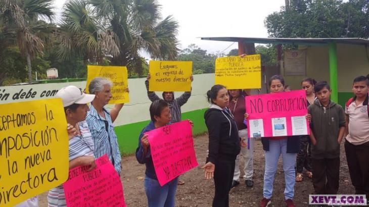 Protestan padres de familia de la secundaria Gil y Sáenz por cambio de director