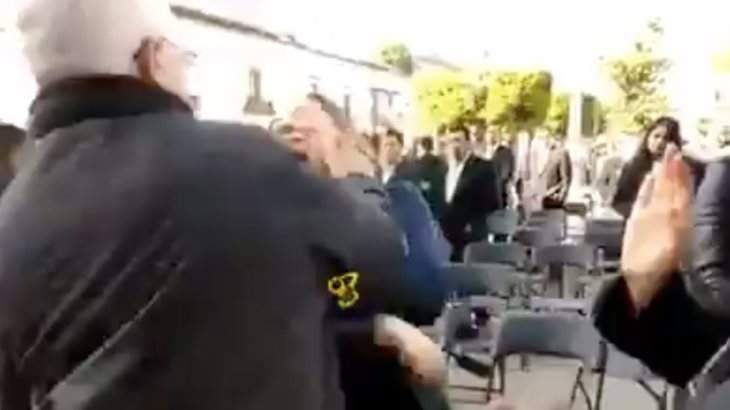 Colaborador de Mireles abofetea a manifestante