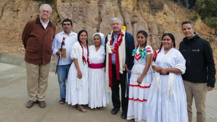 Supervisa AMLO obras de carreteras y caminos en Oaxaca