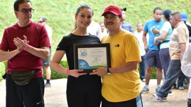 Reconocen en Paseo Dominical participación especial de representante de Centro