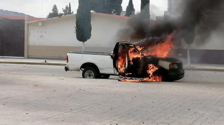 Habitantes de Amozoc, Puebla, queman vehículos para exigir la renuncia del alcalde