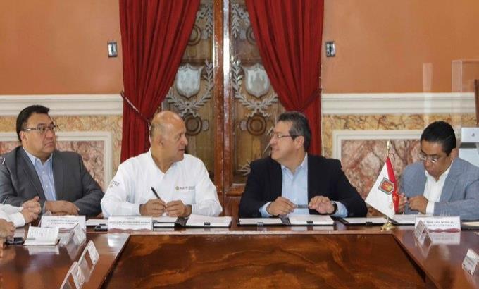 Gobernador priísta de Tlaxcala firma acuerdo con el INSABI