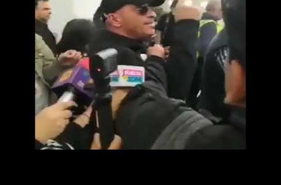 Eros Ramazzotti propina un codazo a fan a su llegada a México
