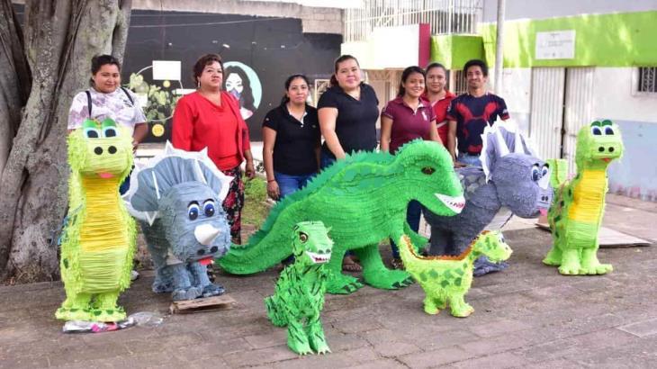 Jóvenes crean ingeniosas y divertidas piñatas de distintas especies de dinosaurios