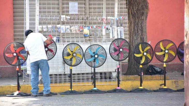 Restringen venta de electrodomésticos en supermercados y unos aprovechan a vender ventiladores en las calles