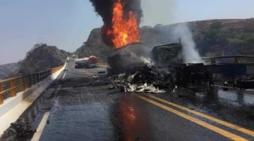 Choque de unidades pesadas en la autopista Guadalajara-Colima deja un muerto