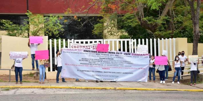 Protestan maestros en SETAB; exigen asignación de plazas definitivas