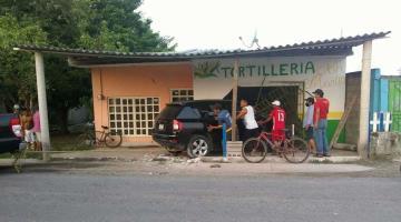 Camioneta pierde el control y choca contra tortillería