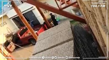 Exhiben a policías golpeando a una mujer en Teapa