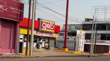 Durante asalto obligan al encargado de Oxxo en Tamulté depositar diez mil pesos en tarjetas