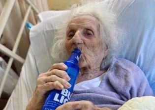 Con cerveza, mujer de 103 años celebra su recuperación del coronavirus