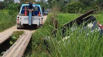 Vuelca patrulla de la Policía en Paraíso en un dren; sus tripulantes resultan ilesos