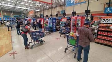 Ciudadanos se preparan para el fin de semana; supermercados registran gran afluencia