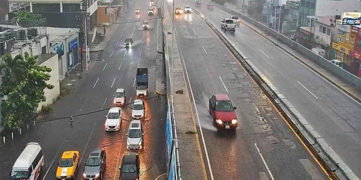 Encharcamientos, granizo y fallas eléctricas dejan fuertes lluvias en Villahermosa
