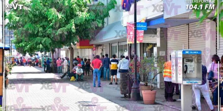 Bancos lucen abarrotados, previo a la nueva suspensión de comercios en Villahermosa