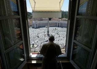 Vuelve el Papa Francisco a saludar a feligreses en la Plaza de San Pedro, luego de tres meses de contingencia