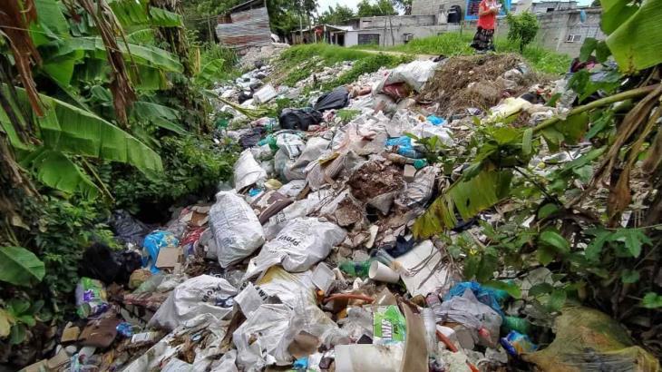 Vecinos arrojan basura a los márgenes del río Grijalva en Gaviotas Sur