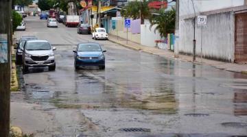 Se fuga agua en grandes cantidades en calle prolongación de Zaragoza en Centro