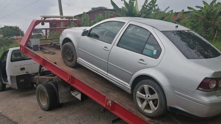 Aseguran auto robado con violencia, en la ranchería Corregidora