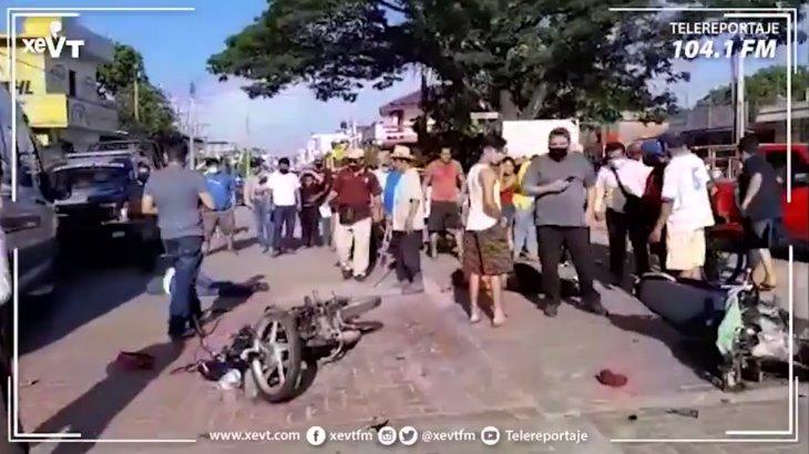 Chocan de frente dos motociclistas en Jalpa de Méndez