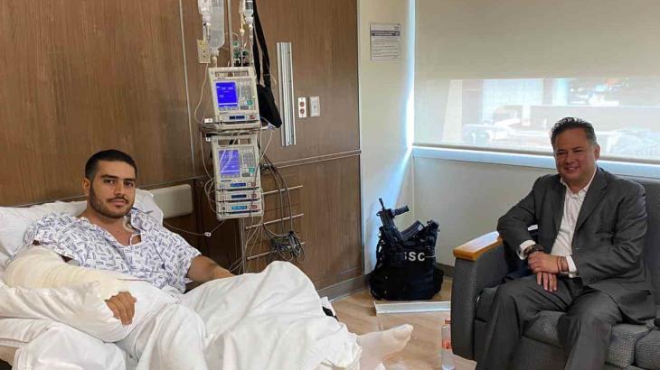 Visita Santiago Niego a García Harfuch en el hospital; usuarios cuestionan las armas que se ven en la foto