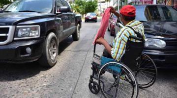 Ni su discapacidad ni el riesgo del coronavirus le impiden salir adelante a don Arturo Ruiz