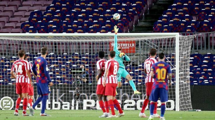 """Barcelona empata a 2 con el """"Atleti"""" y casi pierde la liga... en España"""