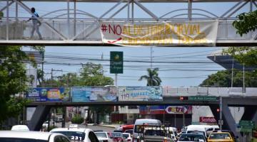 Colocan manta en contra del distribuidor vial de Avenida Universidad