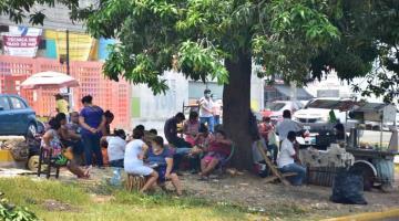 FOTO GALERÍA: En banquetas y áreas verdes esperan familiares de pacientes del Hospital del Niño y de la Mujer