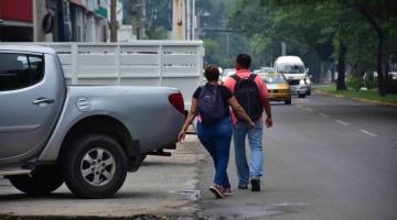 Coches invaden banquetas afuera de comercios de Villahermosa