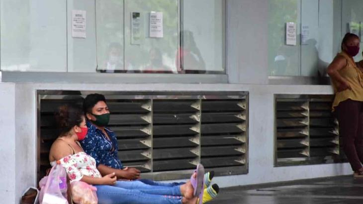 Esperan hasta un día afuera de banco para cobrar el programa Crédito a la palabra