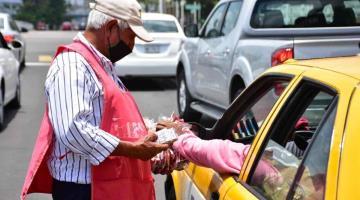 De vender periódicos a vender dulces; don Cándido no se rinde a sus 72 años