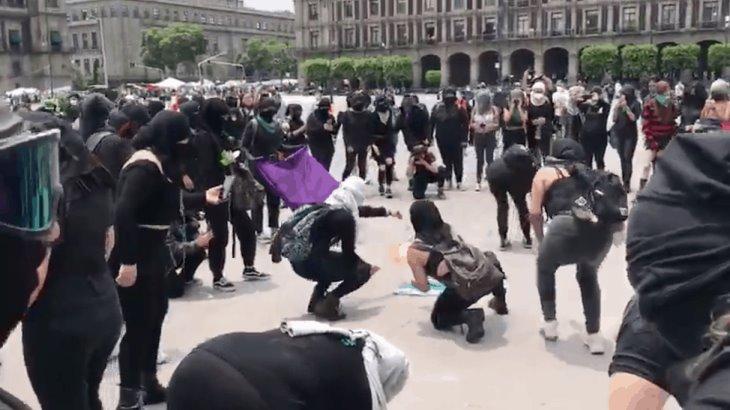 Se enfrentan feministas y policías durante marcha contra resolución de la Corte sobre el aborto en Veracruz