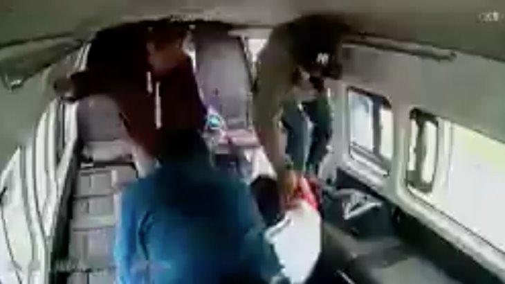 Pasajeros dan golpiza a hombre que intentó asaltar una combi en el Estado de México